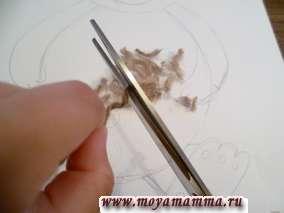 Нарезаем коричневые шерстяные нитки на отрезки 0,3-0,5 мм. Наносим клей на голову медвежонка.
