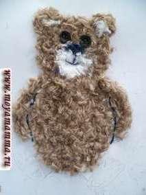 Отделим темно-синими нитками лапки медвежонка от туловища и наклеим шерстяные коричневые нитки на место лапок.