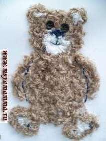 Сделаем нижние лапки медвежонку. Оформим стопы при помощи белых, темно-синих (место пяточек и подушечек пальчиков) и коричневых ниток.