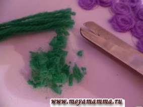 Нарезаем светло-зеленые нитки мелкими кусочками.