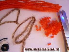 Нарезаем отрезки из оранжевых ниток, складываем их несколько раз и нарезаем мелко (отрезки 0,3 мм).