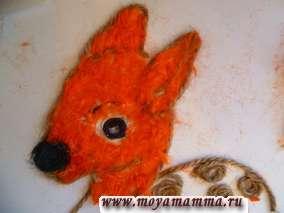 Наклеиваем оранжевые нитки на голову олененка.
