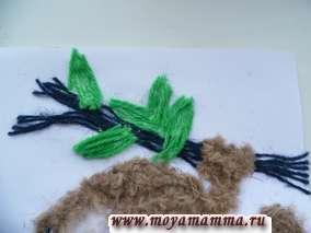 Нарезаем зеленые нитки отрезками от 1 до 2 см и приклеиваем на место листочков на ветке.