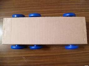 Прямоугольный параллелепипед закрепляем при помощи степлера или скотча.