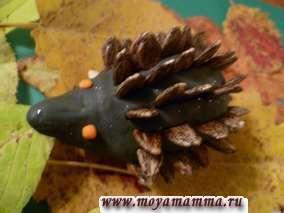 Детская поделка Ежик из пластилина и арбузных семечек