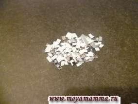 В центре листа бумаги черного цвета наносим клей. На него высыпаем кусочки фольги серебристого цвета.