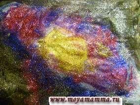 Наносим клей на наш рисунок. Посыпаем цветной блестящий песок серебристого, голубого, розового, фиолетового цветов. Оставляем рисунок просохнуть.