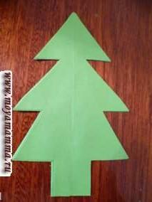 Берем четвертую елку в развернутом виде и приклеиваем ее сверху полностью.