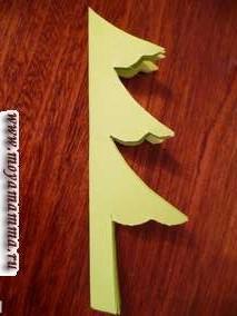 Елку к Новому году можно вырезать как ровными линиями, так и кривыми линиями. При этом получаются елки разных форм.