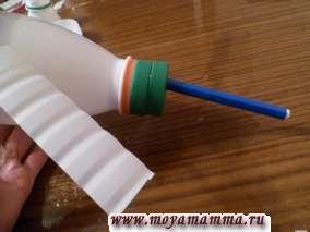 Крышку с фломастером (хвостовая часть вертолета) прикручиваем к бутылке.