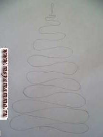 """Аппликация из ниток на картоне для детского сада """"Новогодняя елочка"""". На картоне рисуем елку извилистой линией так как показано на фотографии."""