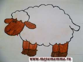 Раскрашиваем морду, уши и ноги овечки.