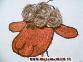 Из объемных шерстяных ниток коричневого цвета скручиваем колечки по спирали и приклеиваем к голове, хвосту и туловищу овечки.