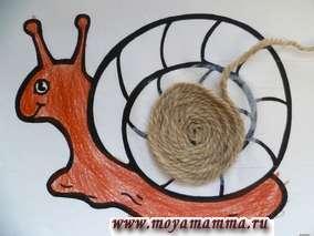 Нитки коричневого цвета приклеиваем по спирали на улитку.