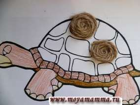 Нитки коричневого цвета скручиваем колечками по спирали и приклеиваем на панцирь черепахи.