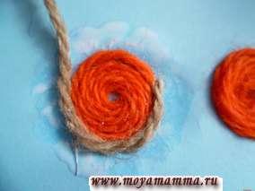 Затем колечки яркого цвета оклеиваем по спирали нитками другого (например, коричневого цвета).