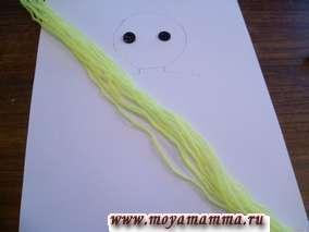 Отматываем желтые нитки и отрезаем полоски в количестве 12 штук длиной около 30-35 см.