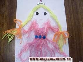 Карандашом или фломастером рисуем ротик и носик принцессы, дорисовываем ручки. Расправляем принцессе косы и платье. Принцесса готова. Теперь можно и поиграть с ней