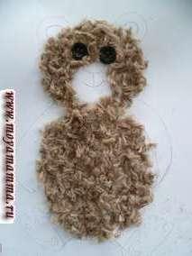 Затем наносим клей на туловище и прикладываем нарезанные шерстяные коричневые нитки. На носик приклеим темно-синие коротко нарезанные нитки. С помощью темно-синих ниток и клея оформим ротик.