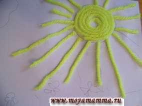 Прикладываем нарезанные отрезки желтых ниток.