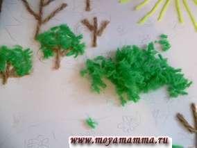 Нарезаем мелко светло-зеленые нитки и приклеиваем крону деревьев, листья на кустики.