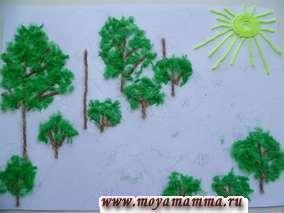 Нарезаем темно-зеленые нитки и оформляем елочки.