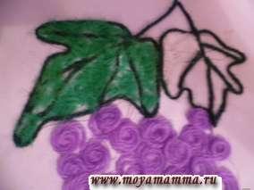 Наносим клей на виноградные листики и прикладываем мелко нарезанные светло-зеленые нитки. Виноград готов.