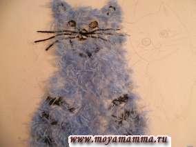 Затем наносим клей на голову и туловище с лапками. Прикладываем голубые нитки.