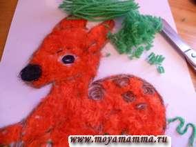 Продолжаем приклеивать коротко нарезанные оранжевые нитки на туловище олененка.