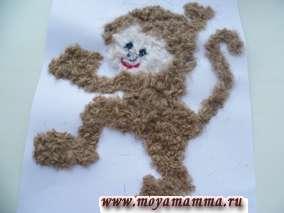 Нарезаем коричневые нитки и приклеиваем на место туловища и лапок обезьянки. Аппликация из шерстяных ниток Обезьянка