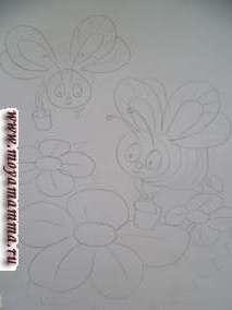 На листе бумаги намечаем карандашом пчелок, цветочки. Делаем серединки у цветочков. Для этого нарезаем желтые нитки отрезками 0,2-0,3 мм и приклеиваем.