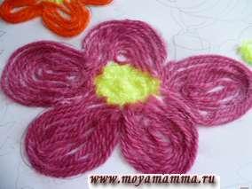 Розовые нитки нарезаем отрезками длиной, соответствующей каждому лепестку цветочка.