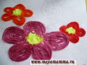 Третий цветочек делаем из красных ниток.