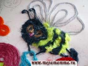 Делаем глазки пчелки коричневыми нитками, голову коротко нарезанными темно-синими нитками, лапки и усики - темно-синими нитками длиной 1,5-2,5 см.