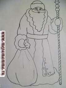 На листе бумаги намечаем карандашом Деда Мороза (можно перевести картинку с раскраски). У нас Дед Мороз двухсторонний(из двух половинок- перед и спинка) на подставке.