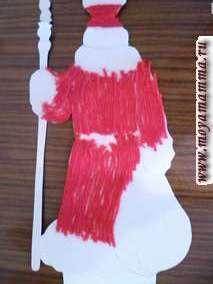 Нарезаем мелко белые (желательно пушистые) нитки и оформляем низ пальто, рукавов, воротник,шапку на картинке с Дедом Морозом- спинкой.
