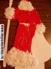 На картинке Дед Мороз - перед делаем из серо-голубых ниток бороду, а затем усы Деду Морозу. А потом из коротко стриженных белых пушистых ниток оформляем низ пальто, рукавов, воротник, шапку.
