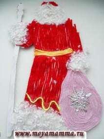 Рисуем глазки, раскрашиваем щечки Деду Морозу. Оставляем его просохнуть на несколько часов. Затем склеиваем обе половинки Деда Мороза. Подставку разгибаем в разные стороны. Посох Деда Мороза отделываем фольгой. На фотографии внизу вид Деда Мороза со спины.