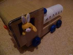 Крепим кабину нашей машины молоковоза на шасси при помощи скотча. Машина готова.