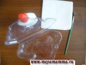 Пластиковую коробку оклеиваем бумажными салфетками в несколько слоев и оставляем просохнуть.