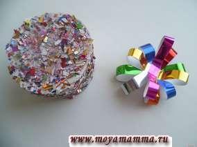 Коробочку можно покрыть бесцветным лаком и украсить бантиком из разноцветных полосок фольги.