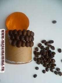 На внешнюю сторону шкатулки наклеиваются кофейные зерна вплотную друг к другу.