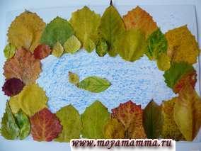 Листья разных цветов и размеров наклеиваются вокруг озера - лес. На озере плавает уточка.