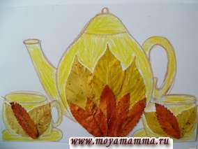 Детские поделки из осенних листьев Чайник. Чайник раскрашен в желтый цвет и украшен большими желтыми листьями и красными листьями рябины.