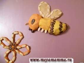 """Поделка из пластилина, семечек арбуза и дыни """"Пчелка"""""""