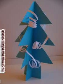 Для этой елки из узких полос белой бумаги при помощи ножниц делаем серпантин и крепим к елке.