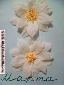 Таких цветочков делаем два - один под другим. Получаем символическую восьмерку.