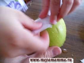 приклеивание кусочков бумаги к яблоку
