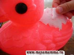 мокрые кусочки бумаги прикладывают к игрушке