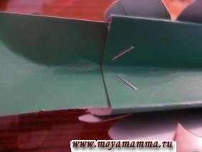 сгибание внутрь боковой стороны сумки вместе с частью ручки